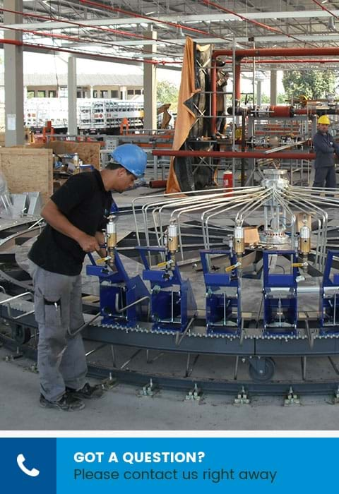 Image of Kosan Crisplant employee putting a Flexspeed carrousel up